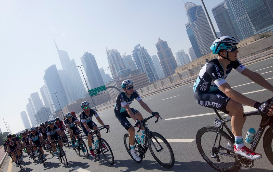The peloton passes Dubai (RCS)