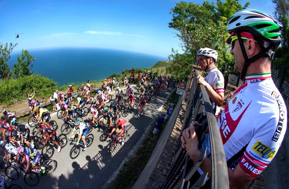 A fan's eye view of the peloton on stage ten (Claudio Peri)