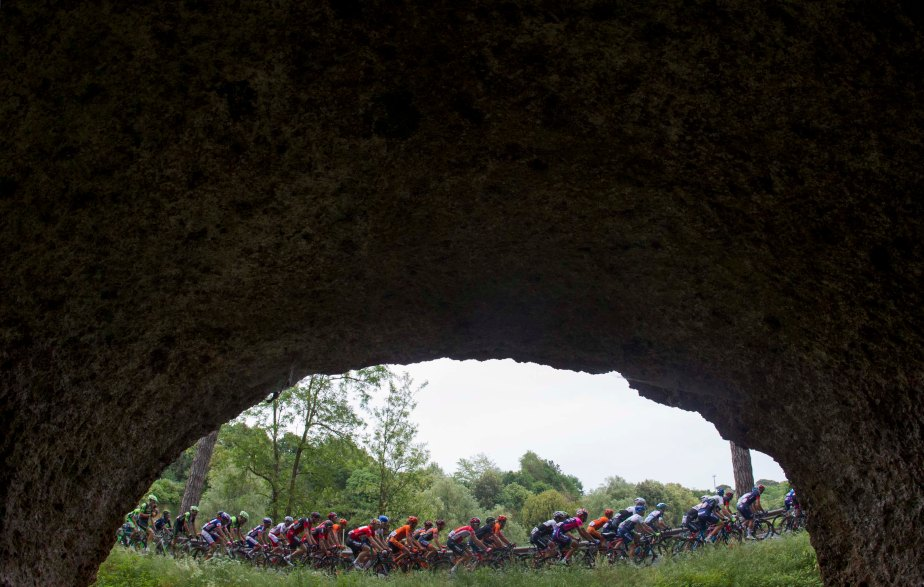 An unusual view of the peloton on stage seven (ANSA - Claudio Peri)