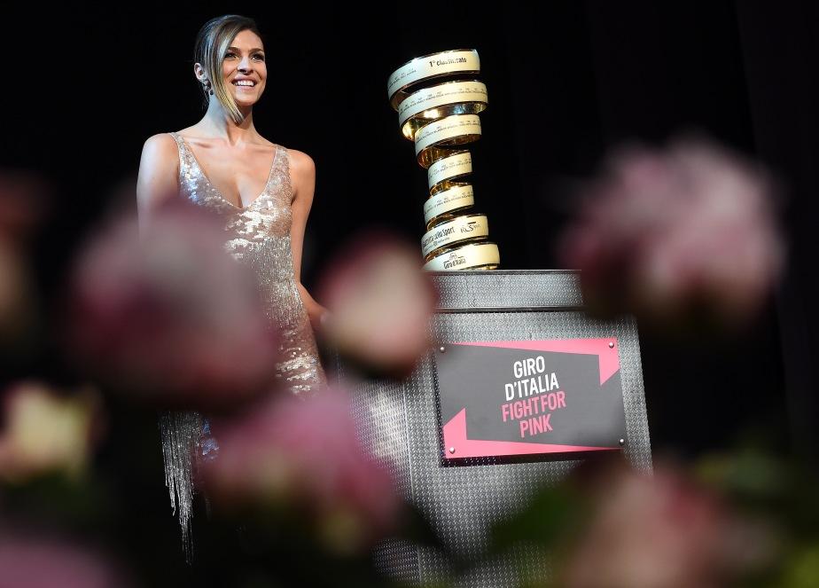La madrina Cristina Chiabotto con il trofeo durante la presentazione del 98/mo Giro d'Italia, 8 maggio 2015. ANSA/DANIEL DAL ZENNARO
