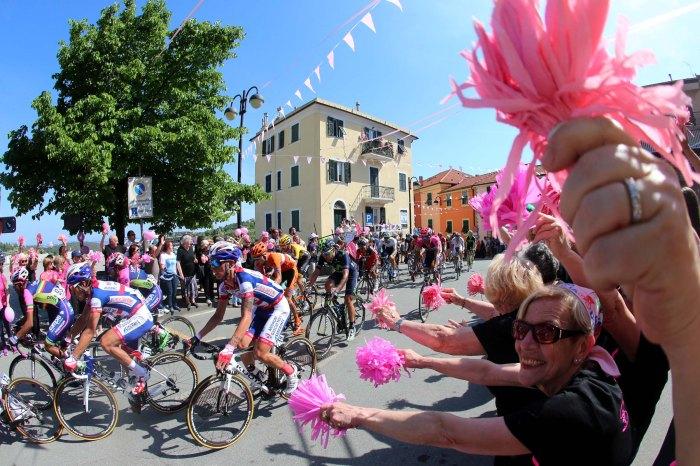 Un momento della seconda tappa del Giro d'Italia 2015 da Albenga a Genova, 10 maggio 2015. ANSA/CLAUDIO PERI