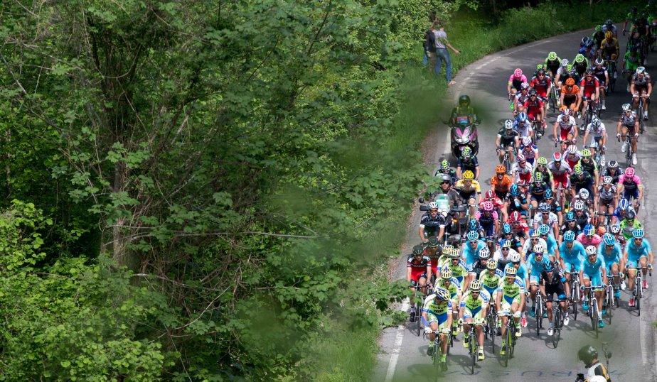 Un momento della terza tappa del Giro d'Italia 2015 da Rapallo a Sestri Levante, 11 maggio 2015. ANSA/CLAUDIO PERI