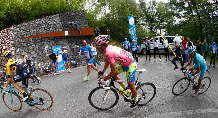 Steven Kruijwijk, Contador and Landa pass the Pantani monument on Mortirolo (Auletta/Pentaphoto)