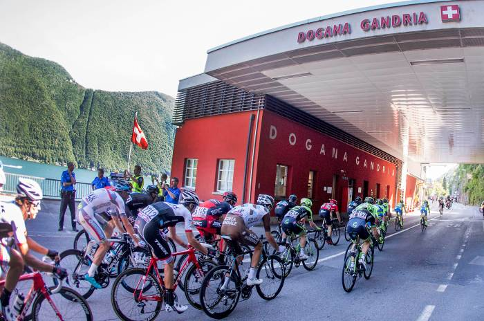 The peloton enter Switzerland on the road to Lugano (ANSA/Claudio Peri)
