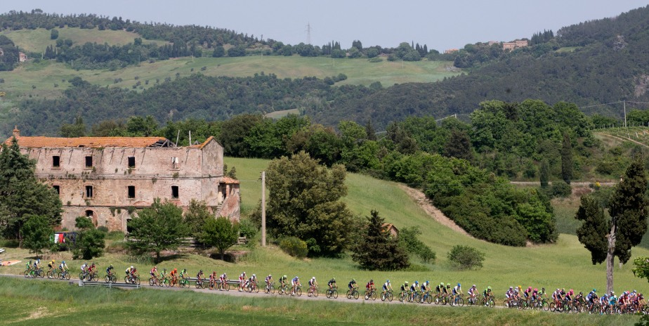 The peloton ride through the countryside on stage six (ANSA/Claudio Peri)
