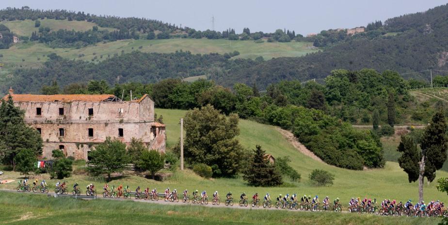 The peloton ride through the countryside on stage six (ANSA/Claudio Peri)