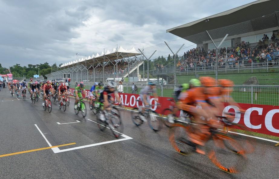The peloton speeds around a wet Imola Circuit (ANSA/Luca Zennaro)