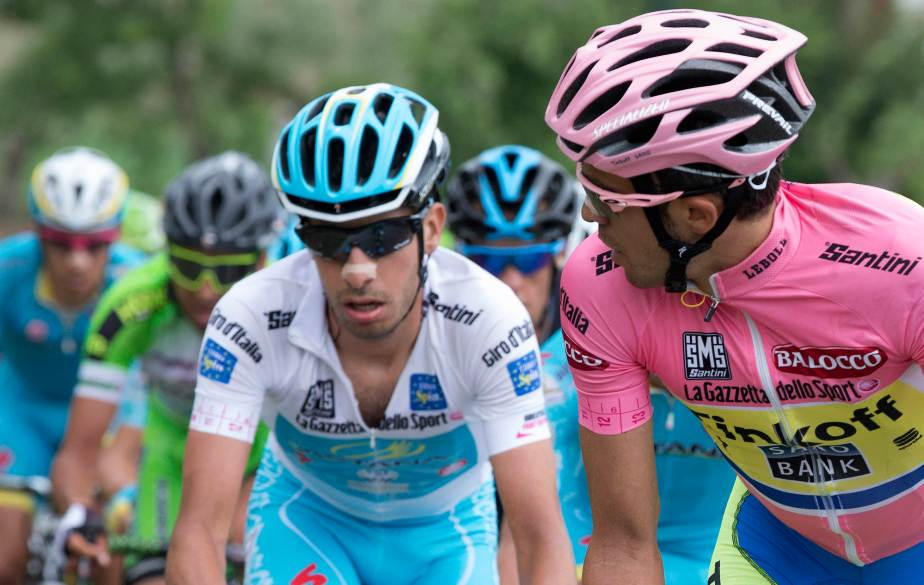 The pink jersey sizes up one of his major rivals (Claudio Peri)