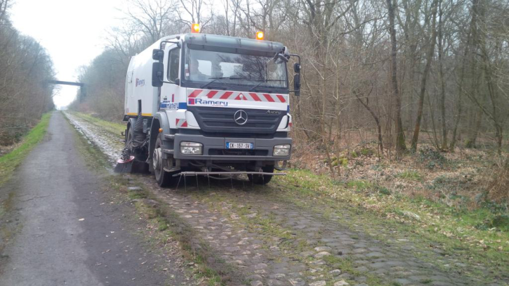 Street Sweeper cleaning Arenberg - March 25 - LES AMIS DE PARIS ROUBAIX