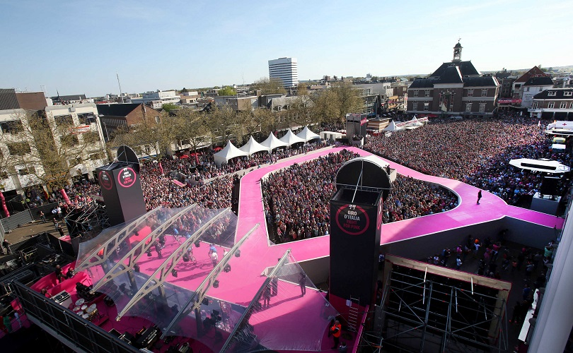 The crowd during the presentation of Giro d'Italia 2016 at Alpedoorn, 5 May 2016. ANSA/MATTEO BAZZI