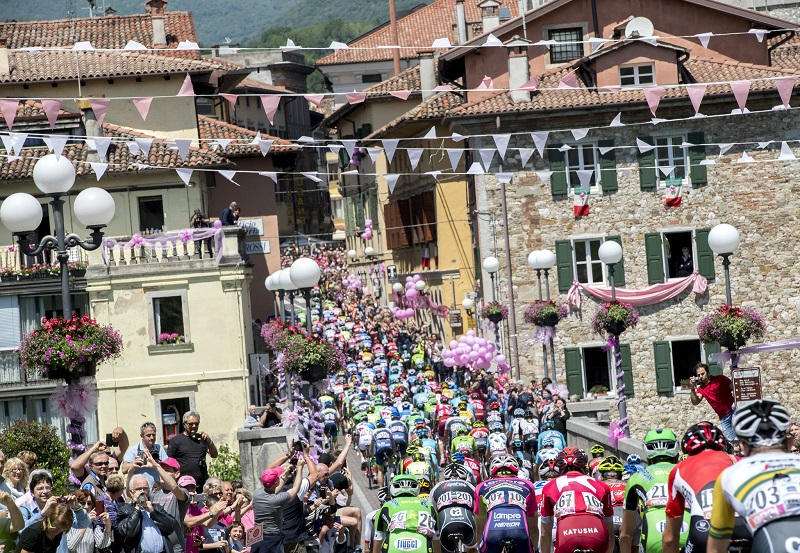 The pack is on the way of te 13th stage of Giro d'Italia 2016 from Palmanova to Cividale del Friuli, 20 May 2016. ANSA/CLAUDIO PERI