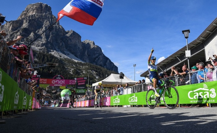 Colombian rider Esteban Chaves (R) of Orica Greenedge team, celebrates after crossing the finish line to win the 14th stage of the Giro d'Italia cycling race over 210 km from Alpago to Corvara, Italy, 21 May 2016. ANSA/ALESSANDRO DI MEO