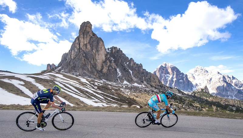 Spanish rider Alejandro Valverde of Movistar Team (L) and Italian rider Vincenzo Nibali of Astana Pro Team on the way of the 14th stage of Giro dÕItalia cycling race from Alpago to Corvara, 21 May 2016. ANSA/CLAUDIO PERI