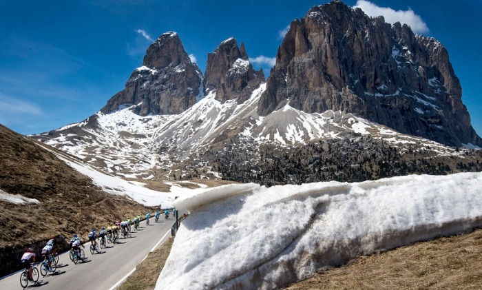 The pack is on the way of the 14th stage of Giro dÕItalia cycling race from Alpago to Corvara, 21 May 2016. ANSA/CLAUDIO PERI