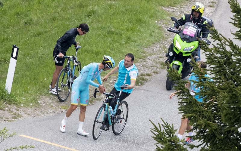 Italian rider Vincenzo Nibali of Astana Pro Team changes his bike on the way of the 15th stage of Giro dÕItalia cycling race from Castelrotto to Alpe di Siusi, 22 May 2016. ANSA/CLAUDIO PERI