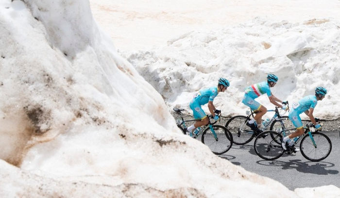 Italian rider Vincenzo Nibali (C) and his teammates of Astana Pro Team go to win the PinkJersey on the way of the 20th stage of Giro d'Italia 2016 from Guillestre to Sant'Anna di Vinadio. ANSA/CLAUDIO PERI