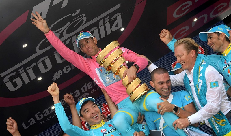 Vincenzo Nibali wearing Pink Jersey holds the Trofeo Senza Fine Award with his teammates of Astana Pro Team on the final podium of the 99th Giro dÕItalia cycling race. Torino, 29 May 2016. ANSA/CLAUDIO PERi