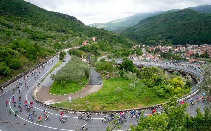 The pack is on the way of the seventh stage of Giro dÕItalia cycling race from Sulmona to Foligno, 13 May 2016. ANSA/CLAUDIO PERI